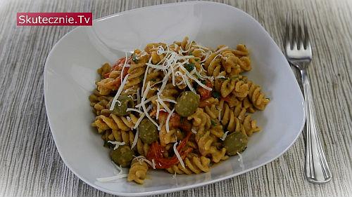 Makaron z hummusem i prażonymi pomidorami