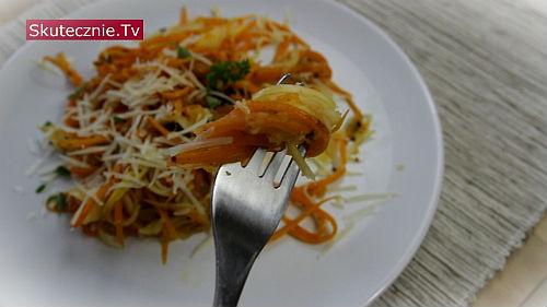 Spaghetti z cukinii i marchwi z parmezanem