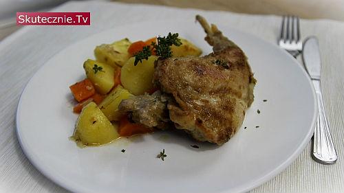 Udka z królika z warzywami i sosem ziołowym