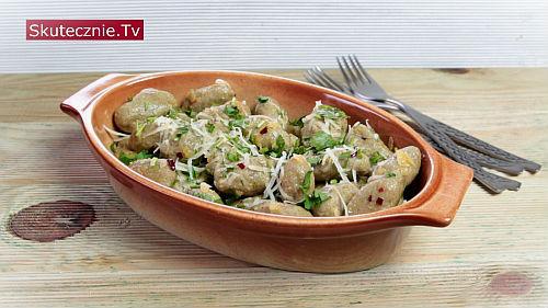 Pełnoziarniste kluski z bobu z oliwą i chilli