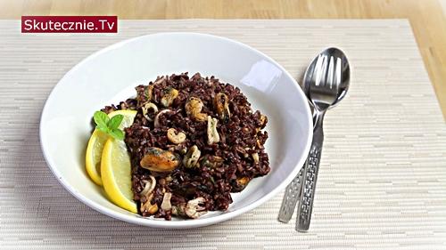 Owoce morza na czarnym ryżu z masłem i cytryną