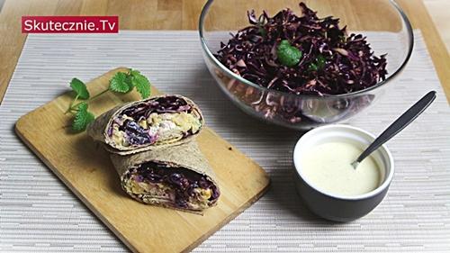 Surówka z czerwonej kapusty. Oraz tortilla z ciecierzycą i modrą kapustą