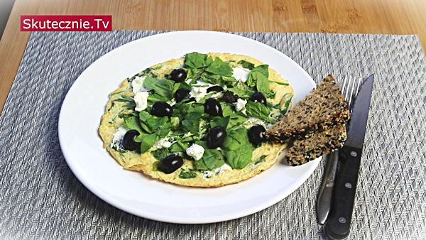 Omlet ze szpinakiem, oliwkami i fetą (fit)