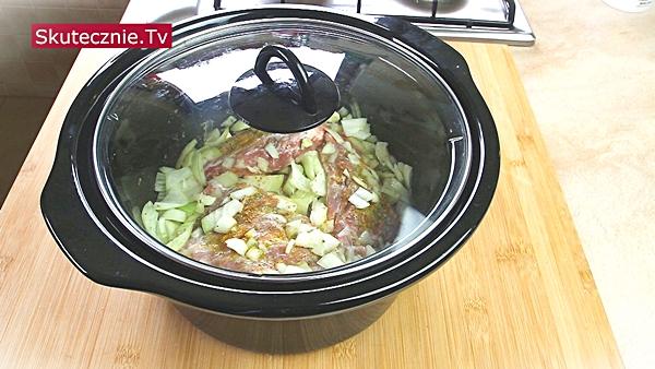 Duszone żeberka w pysznym sosie cebulowym (z kaszą i surówką)