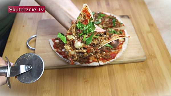 Pizza z tortilli z ajwarem i farszem mięsno-paprykowym