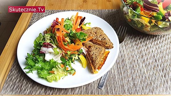 Szybka kolacja. Tosty serowe i kolorowa sałatka | BEZ STATYWU