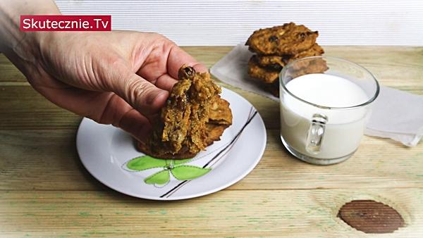 Korzenne ciastka marchewkowe z orzechami i rodzynkami