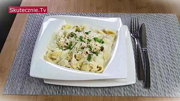 Makaron w sosie kalafiorowym z parmezanem i chili (prosty, odżywczy, szybki)