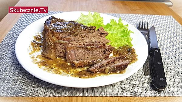 Duszony stek z cebulą, pieprzem i jałowcem