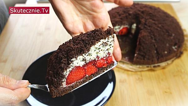 Kopiec kreta z truskawkami i bitą śmietaną z czekoladą