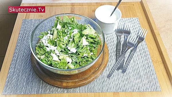 Sałata z solonym jogurtem ziołowo-czosnkowym