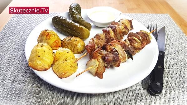 Karkówka w soli szałwiowej z cebulką. Ziemniaki hasselback