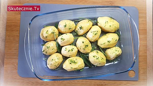 Ziemniaki hasselback w soli szałwiowej -połówki