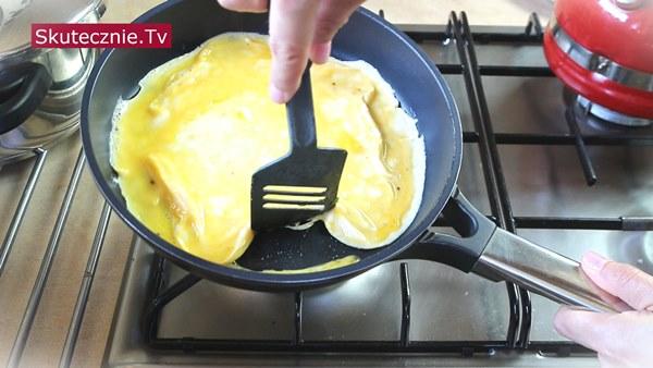 Omlet z boczniakami i pomidorem -smażenie