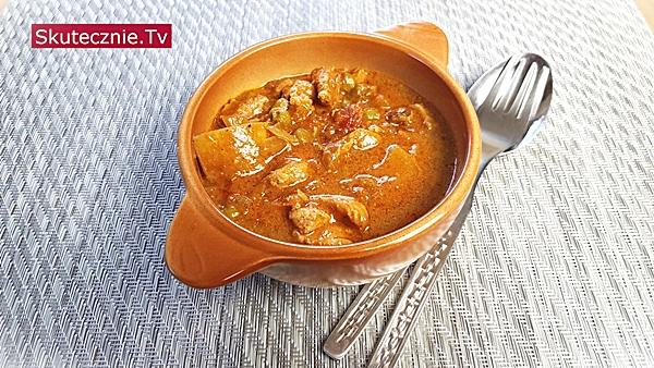 Curry z udek drobiowych z ziemniakami i groszkiem