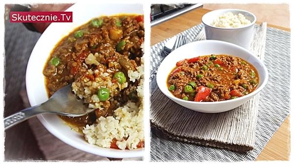 Curry z mieloną wołowiną, groszkiem i papryką