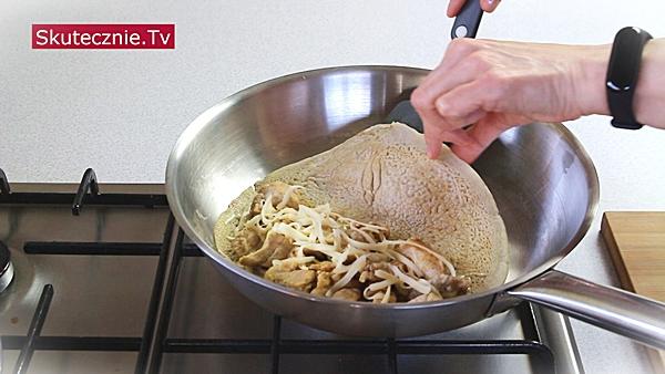Zapiekany naleśnik z mięsem i pieczarkami. I prosta sałatka