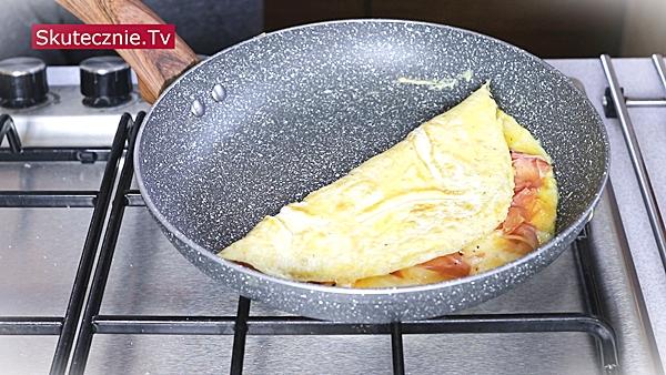 Omlet z prosciutto i cheddarem. I prosta sałatka