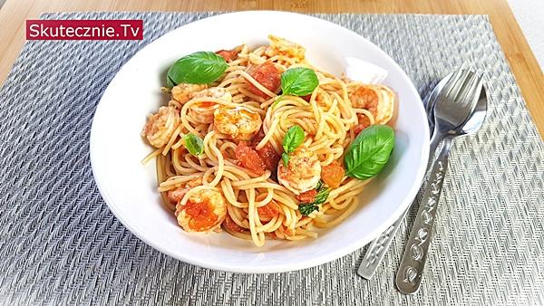Spaghetti z krewetkami w pomidorach, bazylii i czosnku