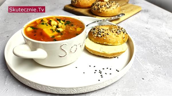 Ostra zupa z ciecierzycą, komosą, batatem i papryką