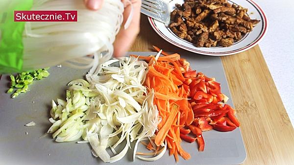 Ostra zupa orientalna z makaronem i mięsem PYSZNA i wzmacniająca